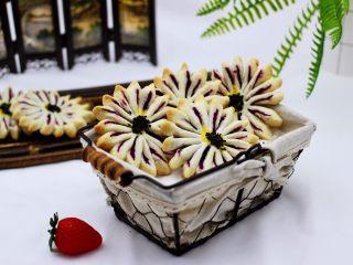 清新脱俗的紫薯菊花酥,颜值爆棚的紫薯酥,作为下午茶也是美美滴。