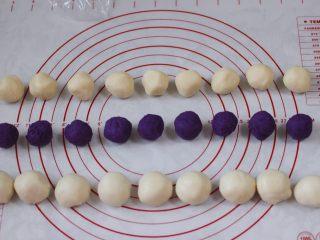 清新脱俗的紫薯菊花酥,把紫薯馅分成9个相等的圆球,每个紫薯馅大约在20克左右,水油皮和油酥分别均分为9等份,水油皮一个约20克,油酥一个约14克左右。