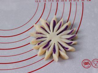 清新脱俗的紫薯菊花酥,把切好的条状沿着一个方向扭一下即可。