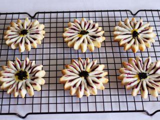 清新脱俗的紫薯菊花酥,美美滴紫薯酥出炉咯,取出放到凉架上放凉就可以享用了。