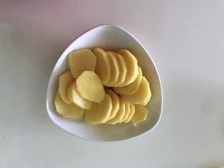 土豆爆浆芝士,土豆去皮切片,土豆也可更换成紫薯或者红薯,这个相对灵活多变。