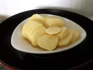 土豆爆浆芝士,放入蒸锅,蒸熟取出。不知道是否熟,就拿着筷子戳一戳,能轻松戳透,说明完全熟好了。