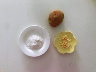 土豆爆浆芝士,准备好食材,图中上镜土豆只有一个的原因是另一个已经去皮了,拿出来两个不一样,干脆不让它出来了,呵呵。