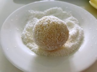 土豆爆浆芝士,在椰蓉上面滚一圈,保证所有面都沾上椰蓉。