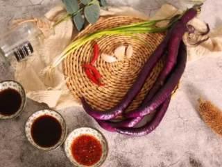 手撕茄子,蒸的实在太好吃,香软,吃不腻,·食材·  茄子 120g、红辣椒 10g、油泼辣子 10g  生抽 15g、醋 10g、葱蒜 20g