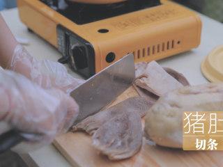 冬日里的猪肚鸡暖锅「厨娘物语」,煮好后取出猪肚鸡,划开猪肚,取出煮好的鸡。将猪肚切条,鸡切块。