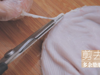 冬日里的猪肚鸡暖锅「厨娘物语」,猪肚用清水冲洗干净,将多余的脂肪剪掉。