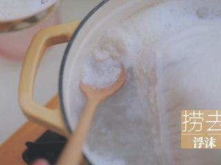 冬日里的猪肚鸡暖锅「厨娘物语」,将猪肚鸡放入锅中,加入1L清水大火煮开,撇去浮沫。