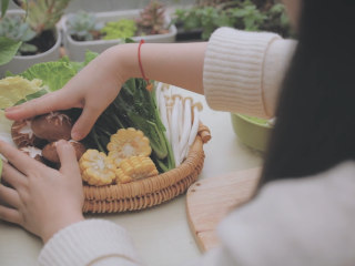 冬日里的猪肚鸡暖锅「厨娘物语」,猪肚鸡不止好吃,煮好的汤底用来涮火锅也是炒鸡棒的!煮的时候可以准备一些涮火锅的蔬菜,我买了自己喜欢的生菜、菠菜、娃娃菜还有香菇、海鲜菇、杏鲍菇、金针菇、玉米和老豆腐,做了一些蔬菜拼盘。