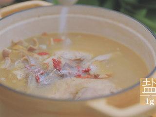 冬日里的猪肚鸡暖锅「厨娘物语」,切好的猪肚和鸡放入锅中,加入10颗枸杞,2g白胡椒、1g盐调味大火煮开。