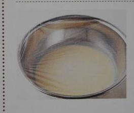 双色可丽饼,盖上保鲜膜,或者湿润纱布,静置至少30分钟(夏季的话最好放入冰箱冷藏)这一步完成后,你会发现混合物表面有一层细密的气泡,这是由于之前没有接触到水的小粉粒溶解的缘故。醒面的时间长一点会更好。