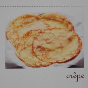 双色可丽饼,要翻热饼皮,在平底锅中融化黄油,之后轻轻翻烤面皮,大饼皮用约5g黄油,小饼皮用约2.5g黄油。一张大饼皮加上1/2t砂糖,即可品尝素饼皮的美味。