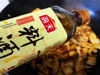下酒神器:麻辣牛板筋,倒入料酒(没有或者不喜欢料酒的可以换成高度白酒或者啤酒)
