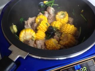 玉米烧排骨,最后可以撒上葱花