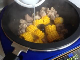 玉米烧排骨,勾点水淀粉收汁