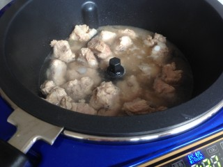 玉米烧排骨,加入开水,盖上锅盖,焖煮十分钟