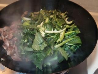 猪油腊肠菜饭,放入青菜。