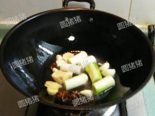 萝卜焖牛腩——冬季的萝卜赛人参,炒锅内烧热1大匙油,放入姜片,大蒜,大葱,花椒,八角,桂皮小火煸炒出香味。