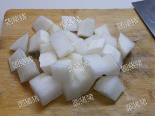 萝卜焖牛腩——冬季的萝卜赛人参,将白萝卜去皮,切成和牛腩等大的块状。