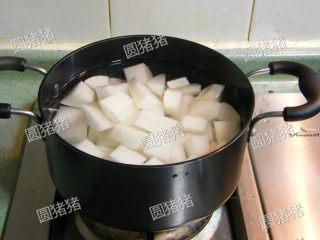 萝卜焖牛腩——冬季的萝卜赛人参,取一汤锅注满清水或鸡汤,如用清水加入1小匙鸡精代替。用大火煮开后转中火煮约8分钟,捞起备用。