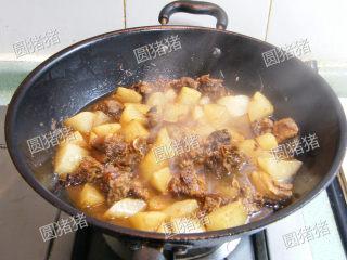 萝卜焖牛腩——冬季的萝卜赛人参,将煮过的白萝卜加入牛腩中,加入芝麻香油,白胡椒粉,继续用小火煮约15分钟。