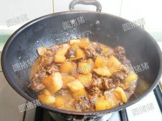 萝卜焖牛腩——冬季的萝卜赛人参,至萝卜均匀的上色即可出锅。