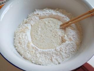 新文美食  玫瑰细沙花样面点,剪开牛奶盒倒入牛奶,中间搅拌。