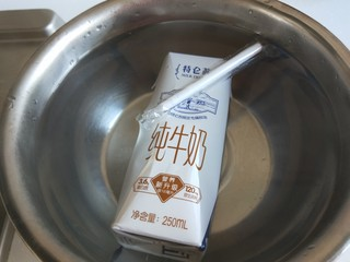 新文美食  玫瑰细沙花样面点,盒装牛奶用开水加热。