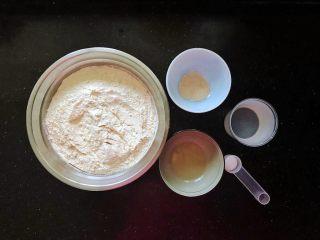 齿颊留香的腊汁肉白吉馍,趁着卤肉的时候,我们准备好制作白吉馍的材料。