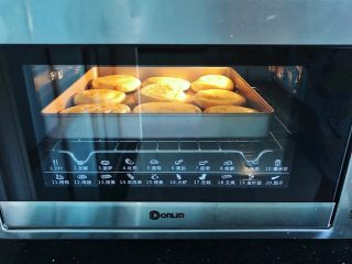 齿颊留香的腊汁肉白吉馍,放入烤箱,上下火150度烤10分钟后取出。
