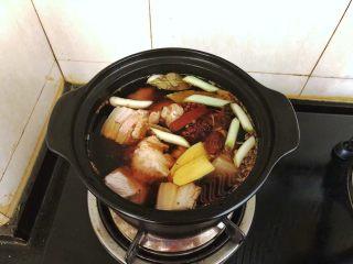 齿颊留香的腊汁肉白吉馍,捞出肉块用温水冲洗干净后放入砂锅中,加入除了冰糖和盐以外所有的卤肉料,倒入适量的开水,要没过肉块。