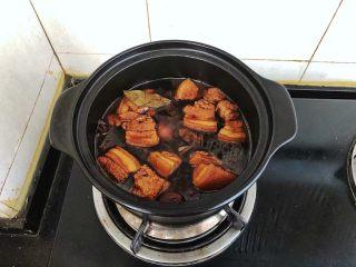 齿颊留香的腊汁肉白吉馍,大火煮沸后加入冰糖和盐转小火慢炖一个半小时关火后盖上盖子再焖一个小时。