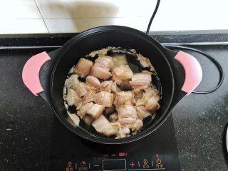 齿颊留香的腊汁肉白吉馍,凉水入锅,倒入少许料酒,大火烧开煮出血沫。
