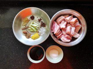 齿颊留香的腊汁肉白吉馍,准备好腊汁肉的材料,五花肉提前洗干净后切成2公分宽的块。