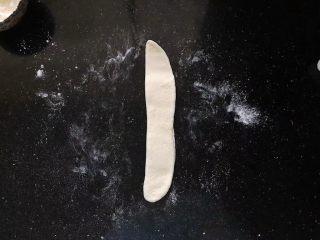 齿颊留香的腊汁肉白吉馍,对折后再稍微擀一下。