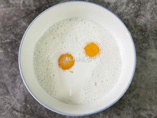 奶香鸡蛋布丁,大碗中倒入150克纯牛奶,把两个鸡蛋黄放入牛奶中,加入5克白糖。