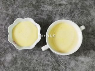 奶香鸡蛋布丁,再用面粉筛过滤两次,把过滤好的鸡蛋液倒入布丁杯中。