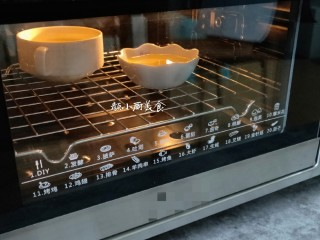 奶香鸡蛋布丁,把鸡蛋液放入烤箱中上下管200°烤20分钟。烤好后取出即可食用。
