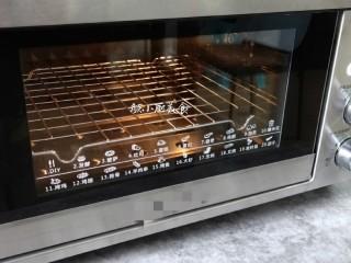 奶香鸡蛋布丁,烤箱230°提前预约十分钟,预热好后。