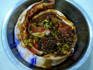 自制腊肉,加入花椒,把八角掰开,加入八角