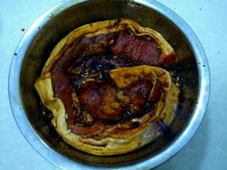 自制腊肉,用手揉搓,把五花肉完全浸到佐料中。腌两天,每天把肉翻翻,用手揉搓,使五花肉完全入味