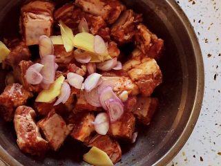 香烤排骨,放入葱姜