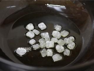 冰糖肘子,锅内放少许油,开小火,放入一把冰糖。