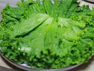 冰糖肘子,取一个盘子,上面铺上生菜。