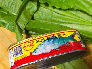 豆豉鲮鱼油麦菜,准备打仗食材:新鲜的油麦菜,一盒鲮鱼罐头,几瓣蒜