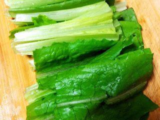 豆豉鲮鱼油麦菜,油麦菜洗净沥干水,切成长段