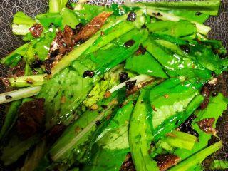 豆豉鲮鱼油麦菜,翻炒均匀
