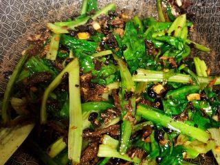豆豉鲮鱼油麦菜,炒至油麦菜变软即可,鲮鱼罐头比较咸,不用另外放盐