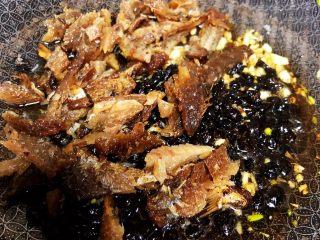 豆豉鲮鱼油麦菜,加入鲮鱼,连同罐子里的豆豉一起,翻炒出香味