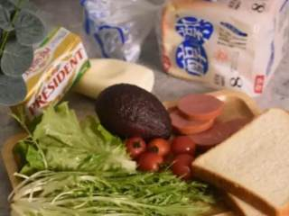5分钟快手早餐,营养的吐司三明治,·食材·  吐司 两片、色拉酱 15g、生菜 3g  苦苣 6g、牛油果 10g、小番茄 2g、香肠 20g